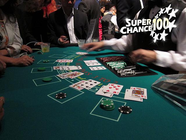 Photographie d'une table de black jack dans un casino.