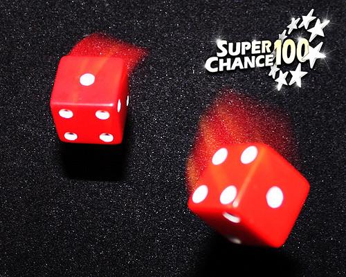 Photographie d'un jeu de dés en mouvement.