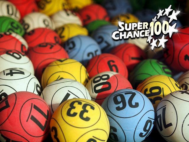 Boules numérotées pour jouer à la loterie.