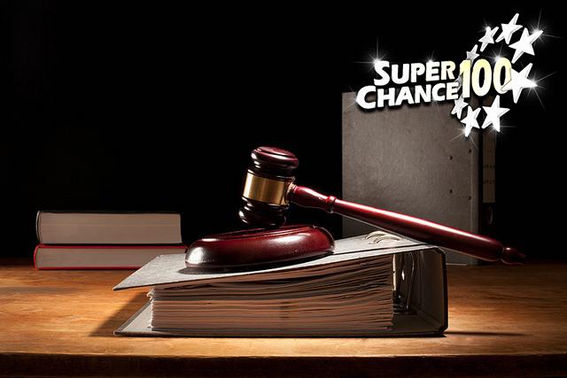 Photographie d'un marteau de tribunal posé sur un classeur.