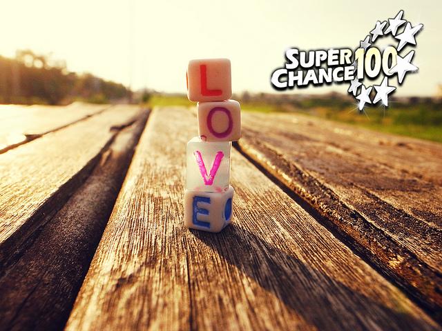 """Photographie d'un jeu de dés formant le mot """"LOVE""""."""