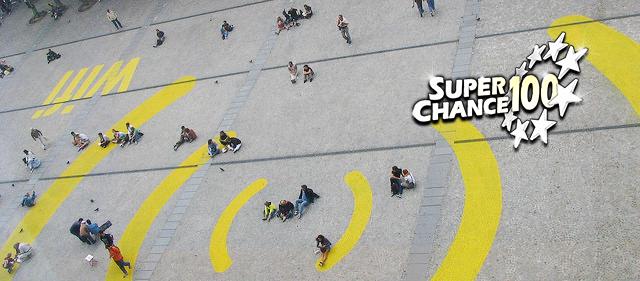 Place publique décorée de grosses lignes jaunes représentant le symbole wifi.
