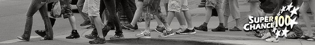 Des pieds de gens qui marchent dans la rue.