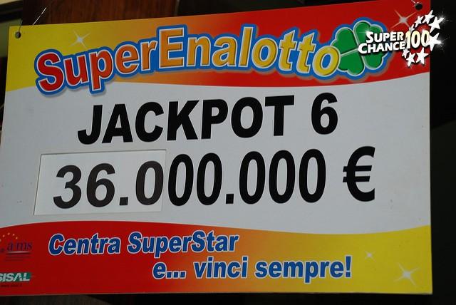 Panneau indiquant la cagnotte du SuperEnalotto, le loto en Italie.