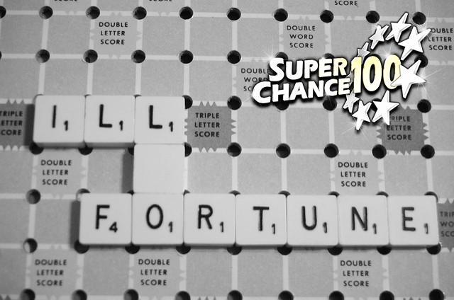 """Lettres disposées sur un plateau de jeu de scrabble formant les mots """"mauvais"""" et """"fortune""""."""