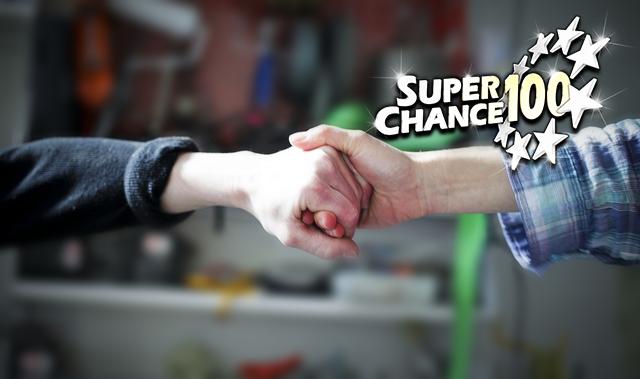 Photographie d'une poignée de main pour symboliser la générosité des gagnants de l'Euro Millions.