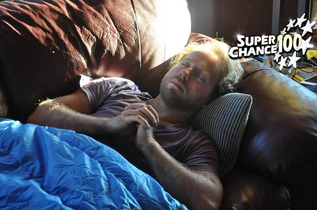 Un dormeur qui rêve de gagner à l'EuroMillions avec SuperChance100.