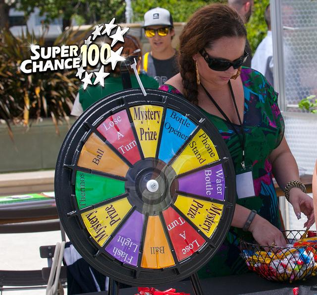 Photographie d'une dame en train d'organiser un jeu de loterie.