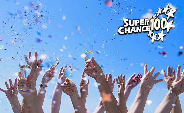 Personnes levant les bras au ciel et témoignant leur joie de remporter l'Euro Millions.