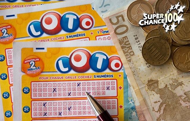 grille de loto avec des numéros cochés et de l'argent sur la droite