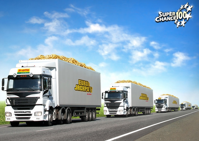 Camions transportant de l'or avec le logo EuroJackpot placardé sur le côté