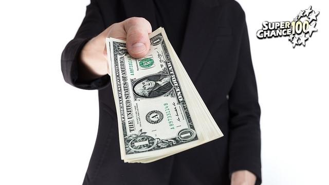 Homme offrant une liasse de billets