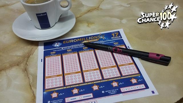 Grille d'Euro Millions posée sur une table à côté d'un café