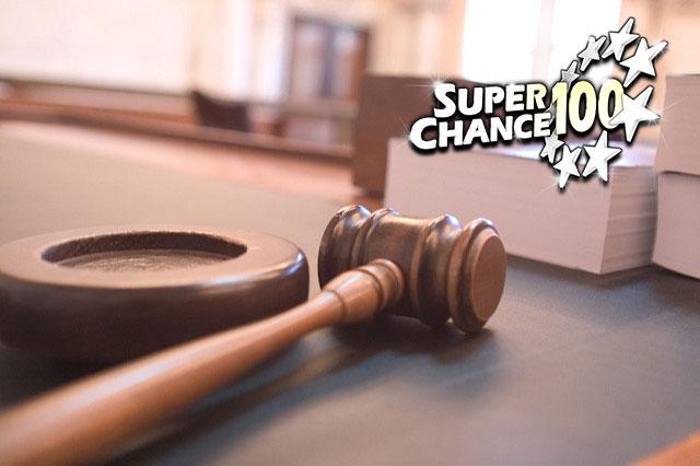 Photographie du bureau d'un juge dans un tribunal de justice.