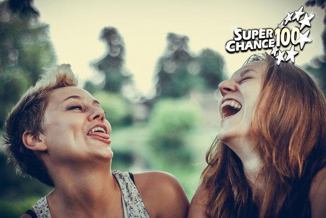Photographie de deux filles en train de rire.