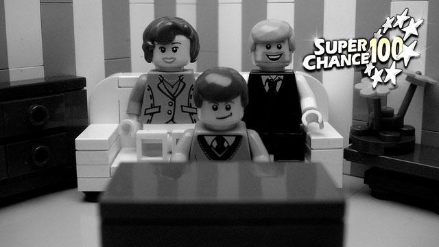 Famille de Lego devant un poste de télévision.