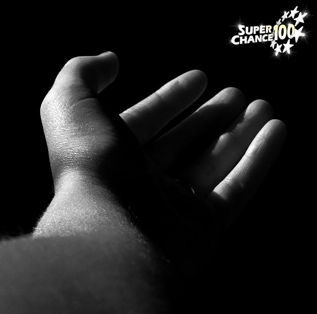 Un personne qui tend la main, la paume vers le ciel