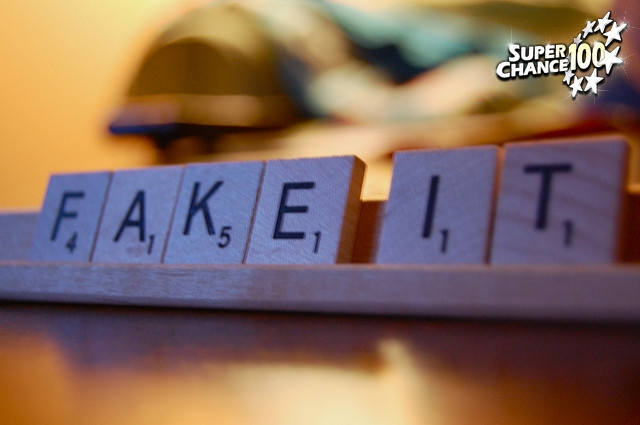 Pions de scrabble formant les mots Fake It
