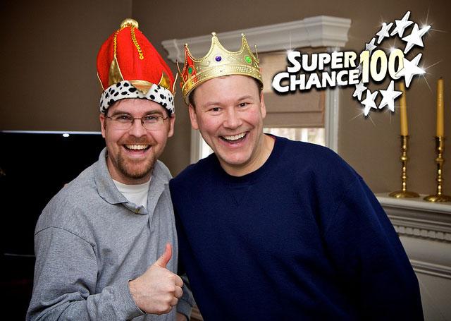Deux personnes déguisées en rois.
