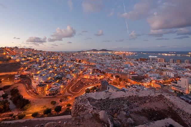 Vue nocturne sur Las Palmas aux Canaries, où une personne a remporté l'EuroMillions.