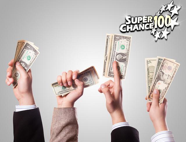 Quatre mains levées avec des liasses d'argent