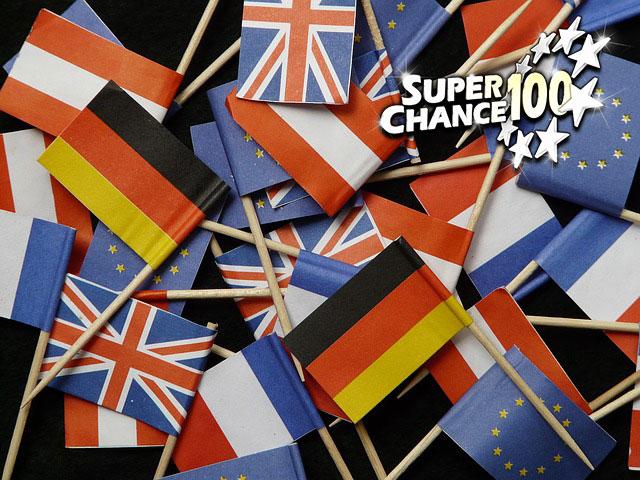 Tas de mini drapeaux européens en papier.
