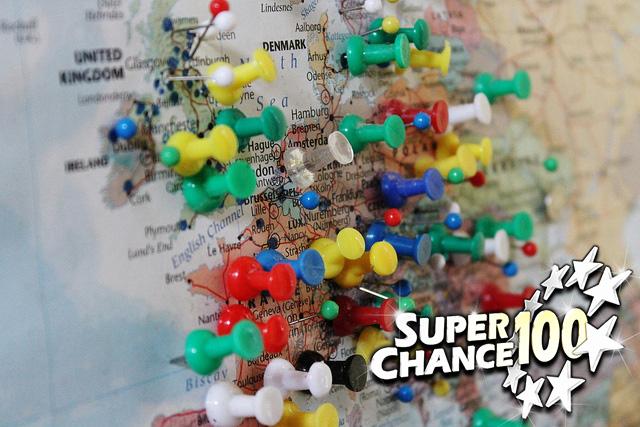 Carte de l'Europe constellée d'épingles.