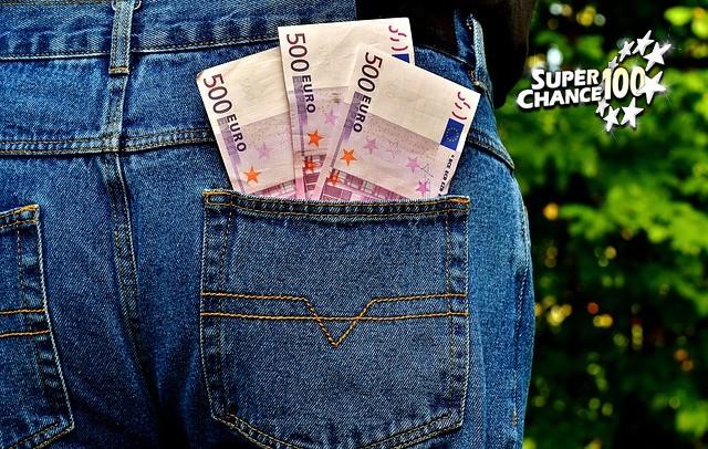 Billets de 500 euros dans la poche arrière d'un jean.