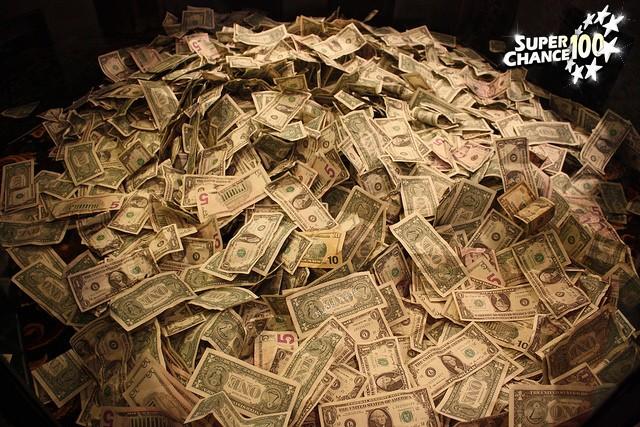 Un gros tas de billets de banque.