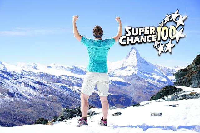 Photographie d'un homme célébrant sa victoire dans la neige.