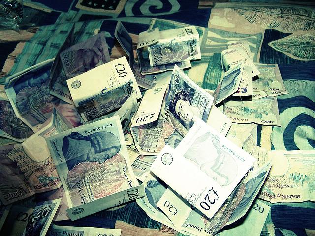 Des billets de banque en tas.