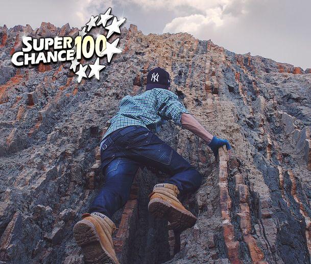 Personne qui escalade une montagne.