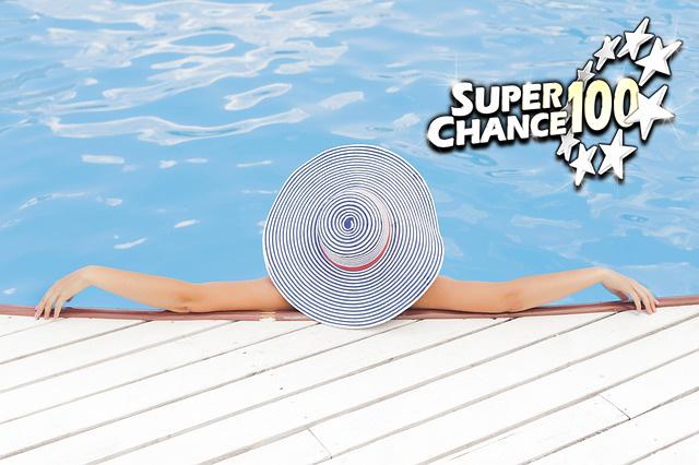 Femme dans l'eau, de dos, heureuse d'avoir gagné l'Euro Millions.