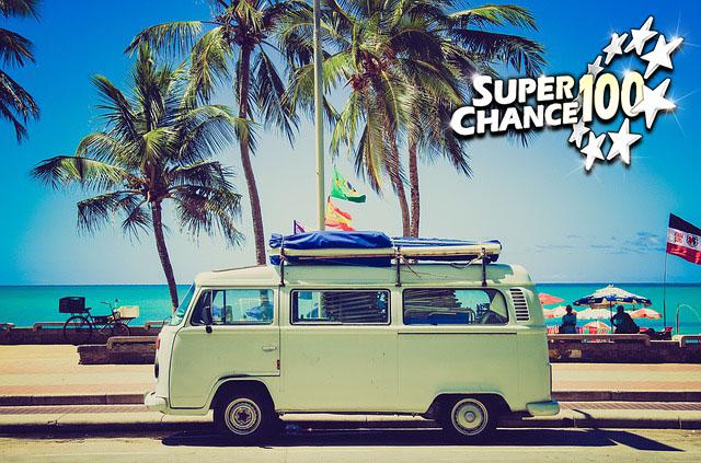 Photographie de vacances avec un Van sur le bord de mer en été.