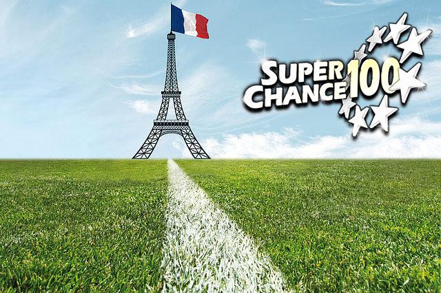 Terrain de football avec un drapeau français et la tour Eiffel.