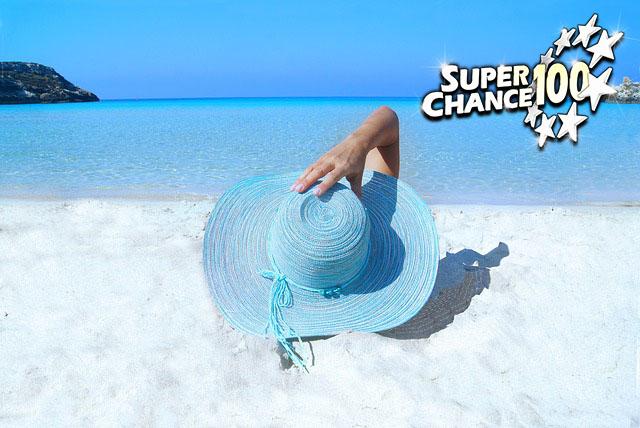 Femme sur une plage paradisiaque avec un chapeau sur la tête.