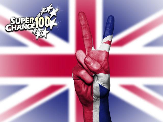 Photo d'une main sur un drapeau anglais pour célébrer la victoire des britanniques à l'Euro Millions.