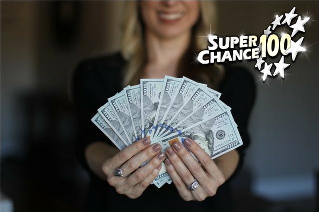Femme tenant des billets de banque dans ses doigts.