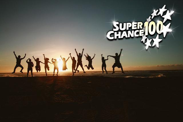 Groupe de personnes heureux d'avoir gagné l'Euro Millions.