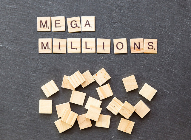 "Lettres de Scrabble formant ""Mega Millions""."