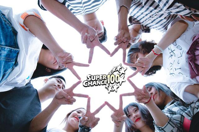 jeunes adolescents en cercle formant une étoile avec leurs doigts.