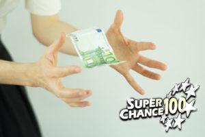 Personne qui essaye d'attraper un billet de cent euros.