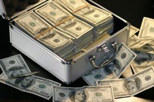 Valise pleine de billets de banque.
