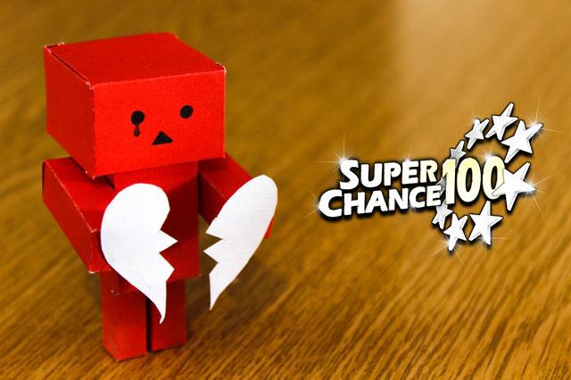 Petit robot tenant un cœur brisé.