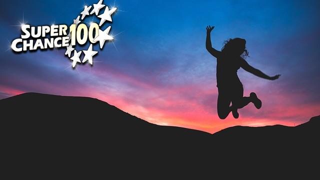 Personne qui saute de joie après avoir gagné à l'EuroMillion avec SuperChance100.