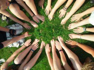 Cercle de mains pour s'encourager avant une épreuve.