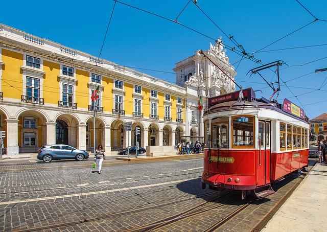 C'est un tranway rouge au Portugal.