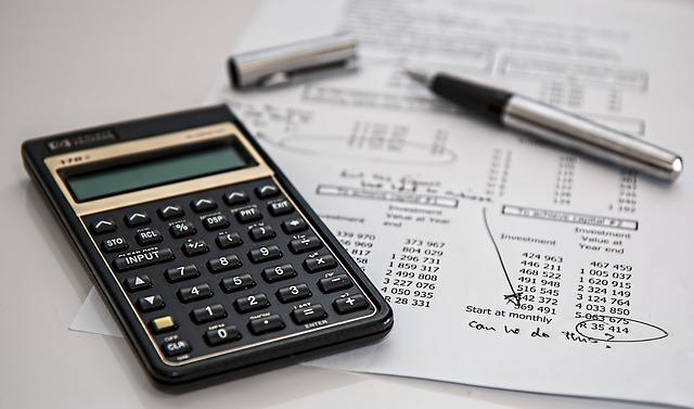 Une calculatrice avec des documents.